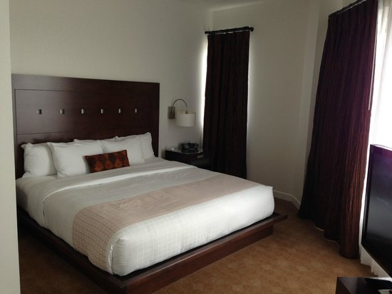 Metterra Hotel on Whyte : King size bed