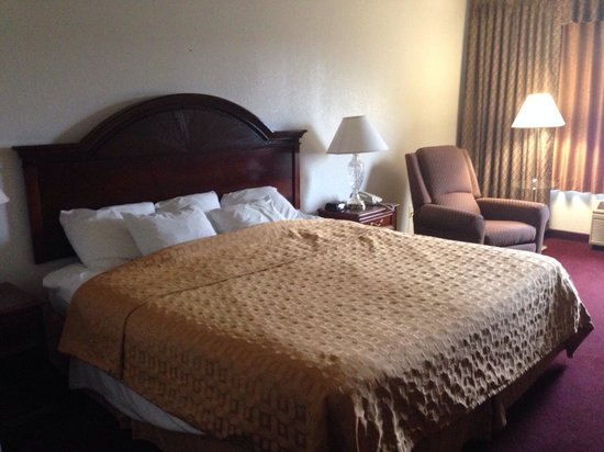 Clarion Highlander Hotel and Conference Center : Room with one king bad