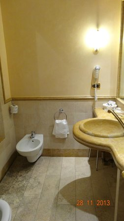 Albergo Ottocento: Banheiro espaçoso