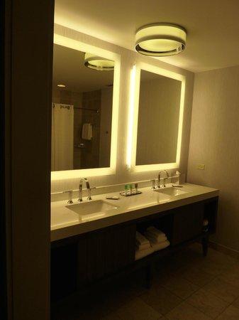 Hyatt Centric Chicago Magnificent Mile : Corner King Suite Bathroom
