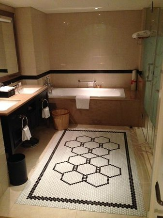 Paramount Gallery Hotel : Bathroom...huge tub, private toliet and rainfall shower