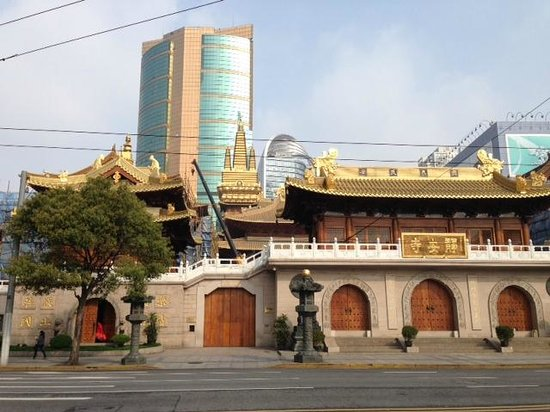Paramount Gallery Hotel: Temple across the street
