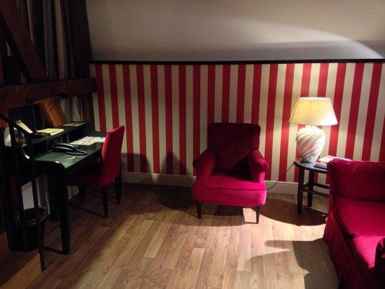 Sandton Grand Hotel Reylof: Sitting area and desk