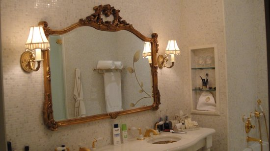 The Plaza: Fabulous bathroom