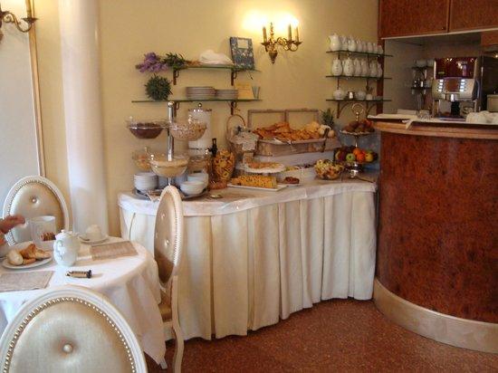 Arlecchino Hotel: Breakfast area