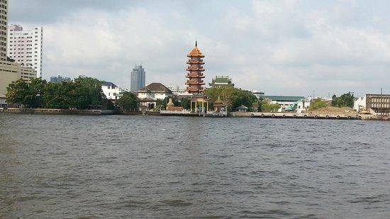 Loy La Long Hotel: vue de la rive opposée