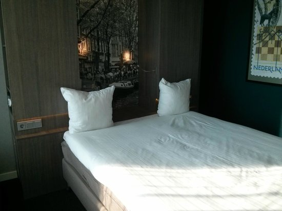 Ramada Apollo Amsterdam Centre: Bed, no headboard