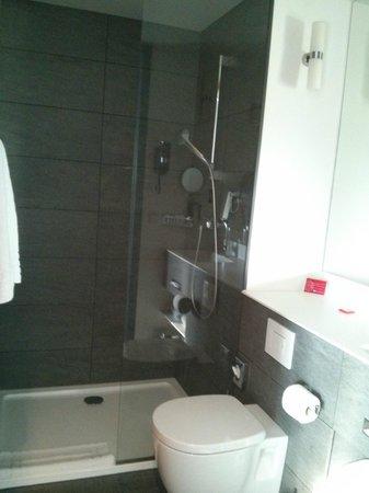 Ramada Apollo Amsterdam Centre: large shower