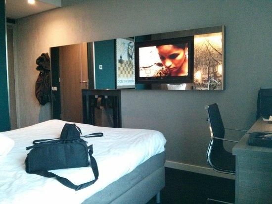 Ramada Apollo Amsterdam Centre: Flat screen TV