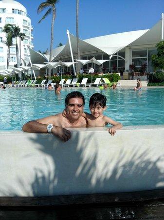 Hilton Puerto Vallarta Resort : mi hijo y yo disfrutando de una refrescada en la piscina del hilton vallarta