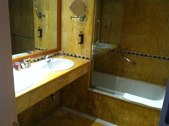 La Cala Resort: cozy bathroom
