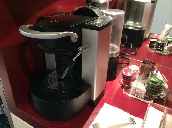 Radisson Blu Hotel, Zurich Airport : Nespresso coffee maker in the business class rooms