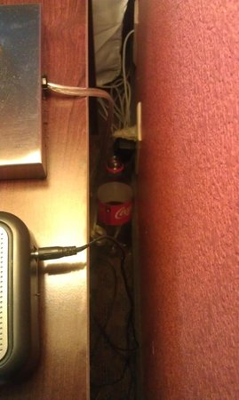 Days Inn & Suites Lakeland: Old coke bottle behind the nightstand