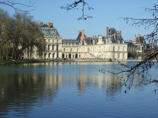 Chateau de Fontainebleau: 池の対岸より宮殿を望む