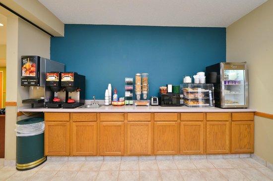 Americas Best Value Inn Geneseo: Breakfast Area