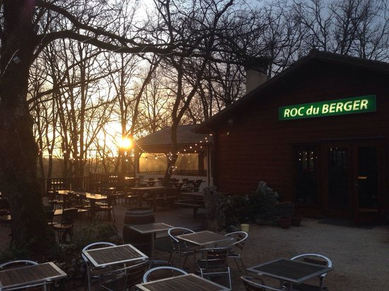 Le Roc du Berger : Coucher de soleil sur la terrasse, vivement l'été!