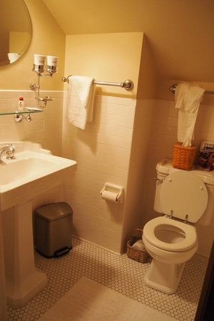 Cocoa Cottage Bed and Breakfast: Clean bathroom