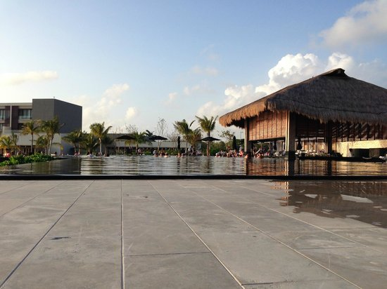 NIZUC Resort and Spa: Main pool and swim up bar.