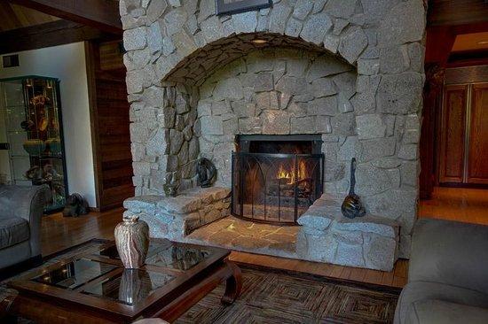 Little Ahwahnee Inn Yosemite: Inglenook at Little Ahwahnee Inn
