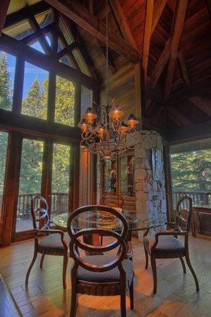 Little Ahwahnee Inn Yosemite: Breackfast Area at Little Ahwahnee Inn