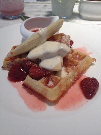 COMO Metropolitan Bangkok: delicious waffle breakfast