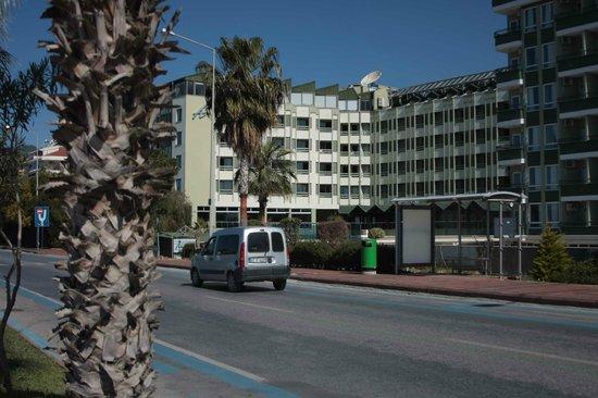 Ananas Otel : Вид отеля с набережной