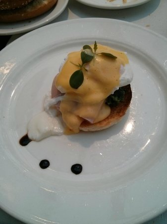 Maximilian Hotel : Amazing breakfast with à la carte Eggs Benedict