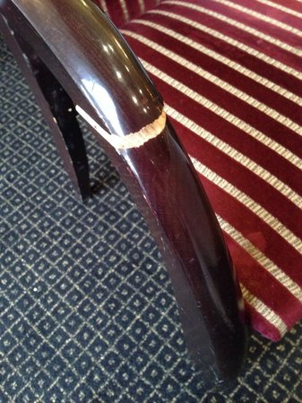 Brook Mollington Banastre Hotel & Spa: Snapped chair handle that kept pinching!!