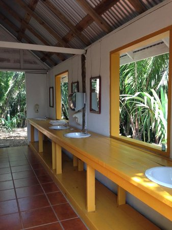 The Lodge at Chaa Creek : Open air and spotless shower/basin area