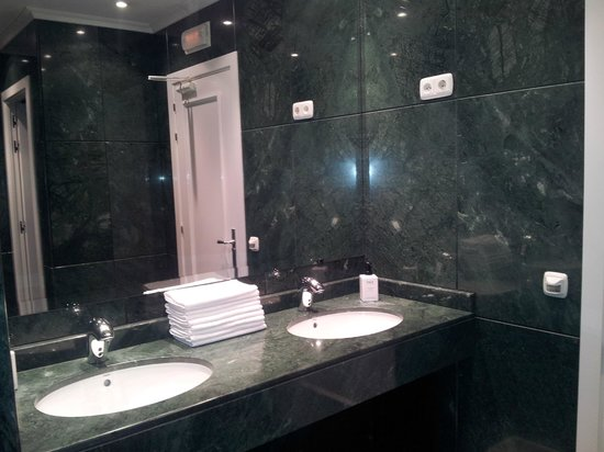 Hotel Atlantico: Our bathroom