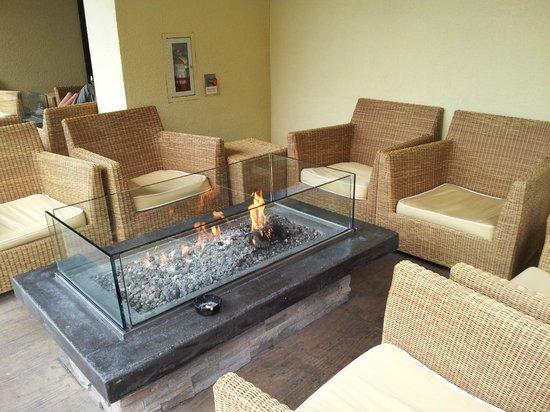 Sheraton Fisherman's Wharf Hotel : Fire Pit Lounge near Lobby Door