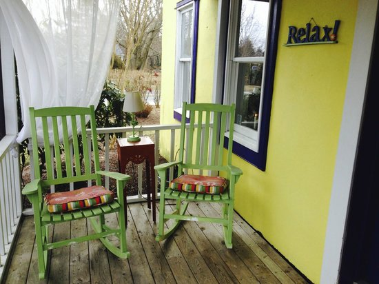 The Homestead at Rehoboth Bed & Breakfast: Front porch comfort