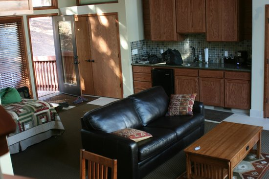 Montecito Sequoia Lodge: Downstairs- bed, kitchenette, sitting area
