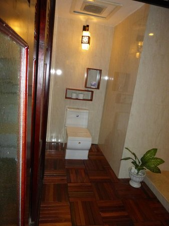Long Life Riverside Hotel : bathroom