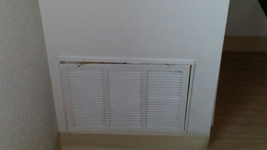 Motel 6 Dallas - Ft Worth Airport North : HVAC vents broken and rusty