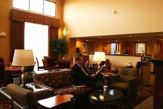 Hampton Inn & Suites Grand Rapids Airport / 28th St : Lobby