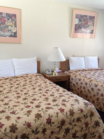 Stateline Economy Inn & Suites: Two double bed