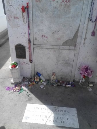 French Quarter Phantoms : Marie Laveau's Crypt