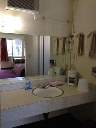 Stateline Economy Inn & Suites: Bath Room Area