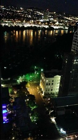 Oaks Felix: Amazing night view of the city.
