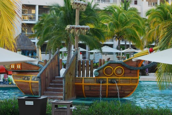 Paradisus Playa Del Carmen La Esmeralda: pirate ship in the kids pool