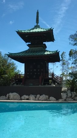 Hollywood Hills Hotel: historic pagoda at pool