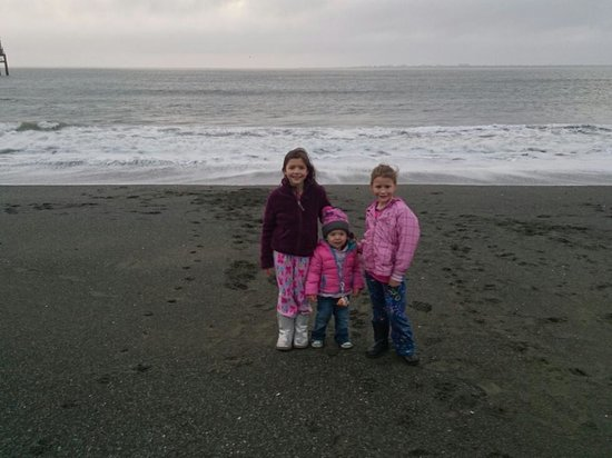Westport Inn: cousins enjoying the beach