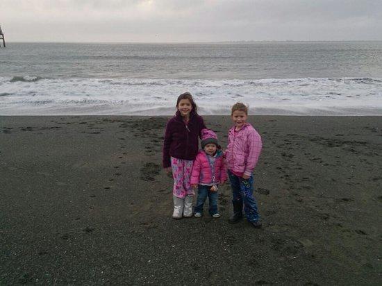 Westport Inn: cousins enjoying the beach