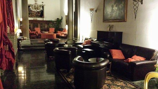 Torre Guelfa Hotel: Salotto con piano.