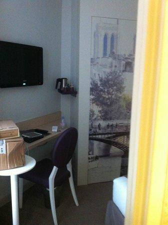 Mercure Paris Notre Dame Saint Germain des Pres : TV, mesa de trabalho e utensílios para o preparo de café e chá.