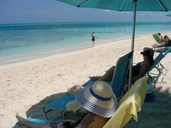 Coral Gardens on Grace Bay : Enjoying beach