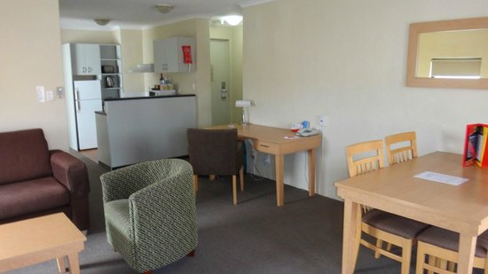BreakFree Adelaide : Lounge and kitchenette