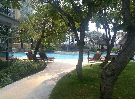 The Ritz-Carlton Jakarta, Mega Kuningan: Garden by the pool
