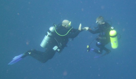 Karibik Diver: Werner teaching a new diver.
